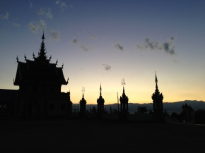 Wat Saeng Kaeo Phothiyan at sunset